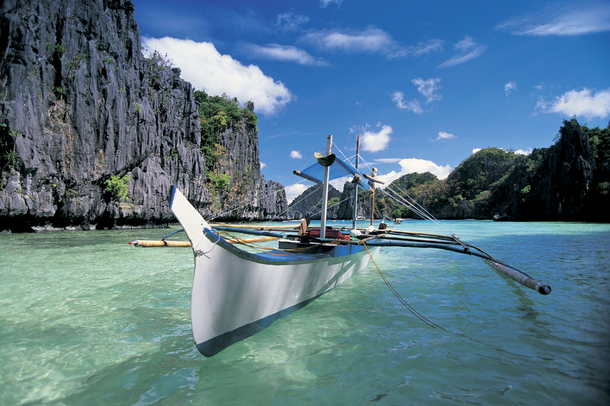 Philippines, Palawan Island, Bacuit Archipelago, boat in cove